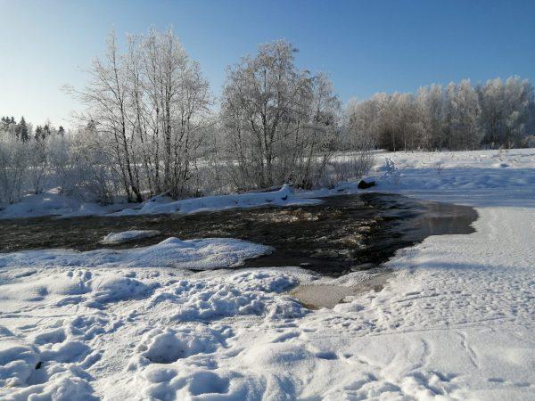 Talvinen jokimaisema, lunta
